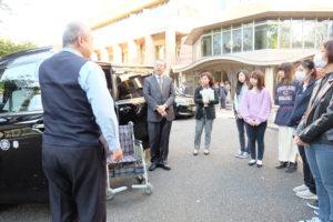 三幸自動車 社員による ユニバーサルデザインタクシーの説明